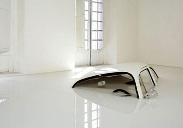 Carro parece estar afundando no chão (Foto: Reprodução)