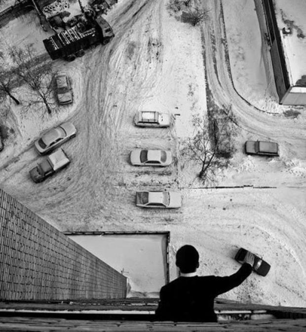 Homem simula estar brincando de carrinho (Foto: Reprodução)