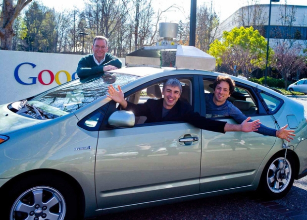 Erich Schmid, Larry Page e Sergey Brin posam para foto no carro autônomo do Google (Foto: Divulgação/Google)