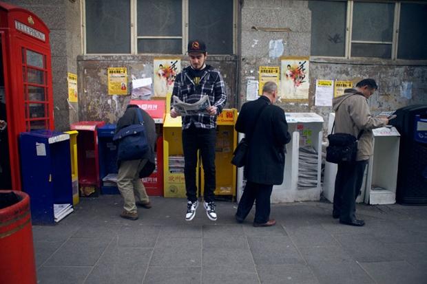 Homem levita em frente a barraquinhas (Foto: Danielle) (Foto: Homem levita em frente a barraquinhas (Foto: Danielle))