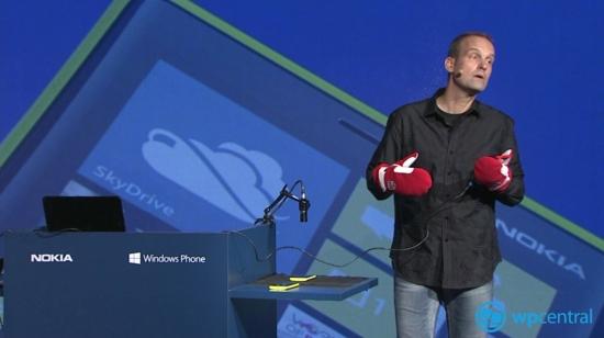 Vice presidente da Nokia Kevin Shields, faz demonstração de luvas com o Lumia 920 (Foto: Reprodução)