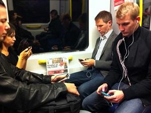 Uso de celular no metrô é cada vez mais comum (Foto: Reprodução)