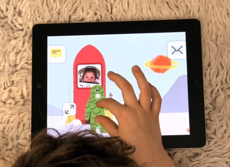 Criança desenhando com o aplicativo Maily (Foto: Reprodução)