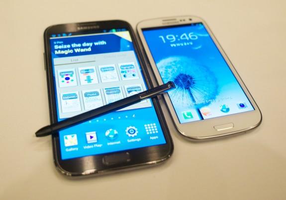 O Galaxy Note 2 e o irmão Galaxy S3 (Foto: Reprodução) (Foto: O Galaxy Note 2 e o irmão Galaxy S3 (Foto: Reprodução))