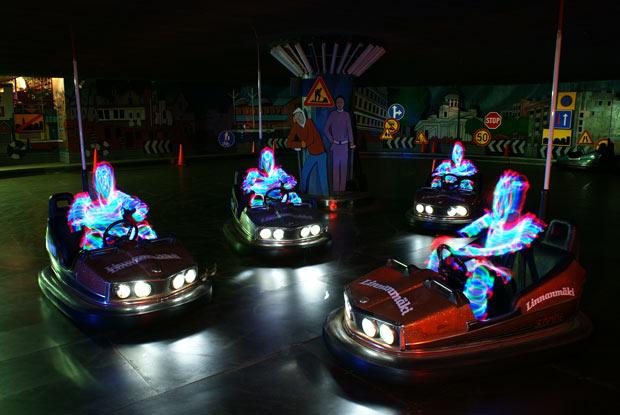 Homens de luz em carrinho bate-bate (Foto: Janne Parviainen)