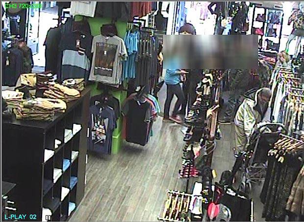 Homem foi flagrado roubando iPhone de menina (Foto: Reprodução)