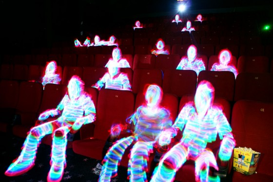 'Pessoas' feitas com técnica light painting no cinema (Foto: Janne Parviainen)