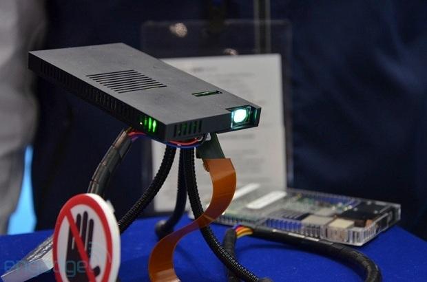 O novo OIU é o projetor mais fino do mundo, com apenas 7,5 mm de espessura (Foto: Reprodução/Gizmodo)