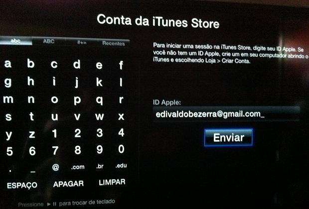 Digitando o e-mail da conta iTunes na Apple TV (Foto: Reprodução/Edivaldo Brito)