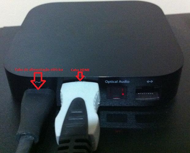 Conectando os cabos à Apple TV (Foto: Reprodução/Edivaldo Brito)