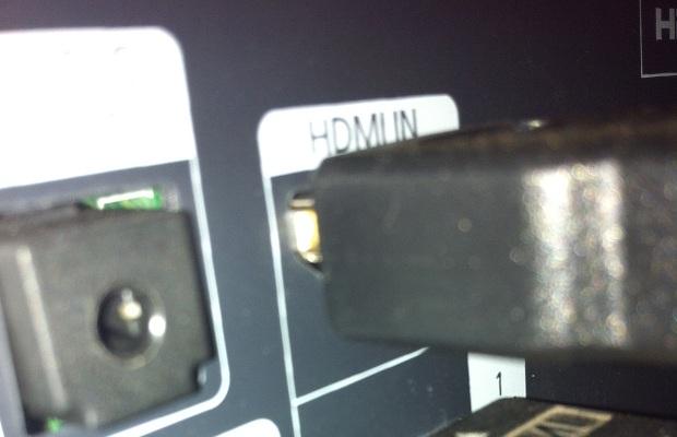 Conectando o cabo HDMI na TV (Foto: Reprodução/Edivaldo Brito)