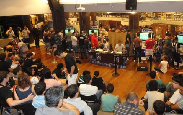 Público acompanha o torneio de Fifa 13 durante a distribuição de autógrafos (Foto: Cido Coelho / TechTudo)