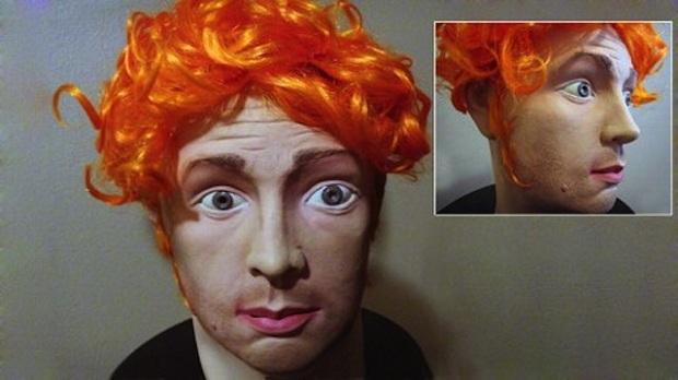 Esta máscara do serial killer James Holmes foi posta à venda no eBay (Foto: Reprodução/Gawker)