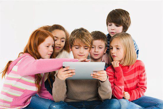 Crianças mexendo em um tablet (Foto: Reprodução)