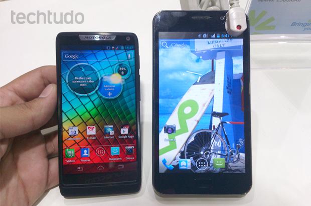 Foblet ZTE V8300, com tela de 5 polegadas, ao lado do novo Motorola Razr i (Foto: Allan Melo / TechTudo)
