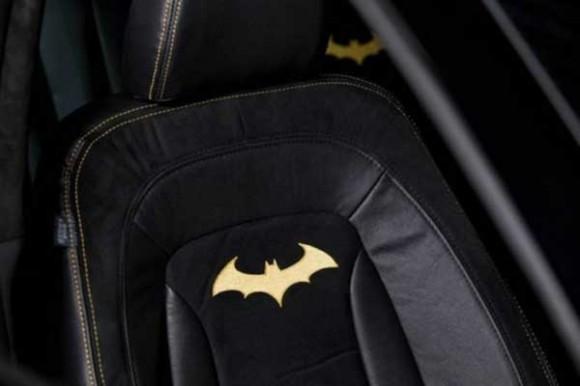 O Batmóvel da Kia traz inúmeros detalhes personalizados, como os bancos de couro (Foto: Reprodução/Slash Gear)