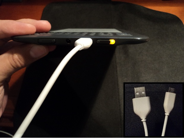 Use the full-USB connector and connect the PC, while the micro-USB side is inserted into the bottom of the Kindle (Photo: Playback / Julio Monteiro)