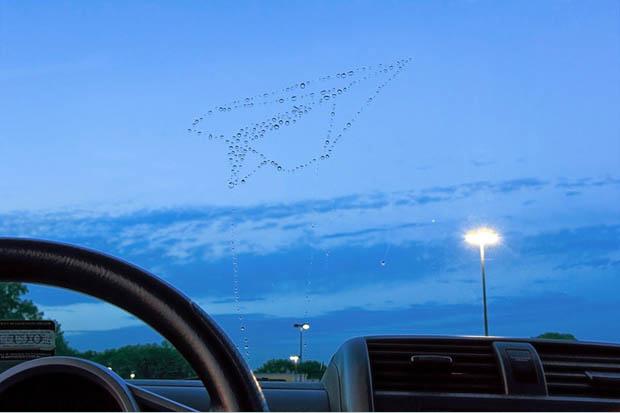 Gotas de água no para-brisas formam um avião de papel (Foto: Kevin Van Aelst)