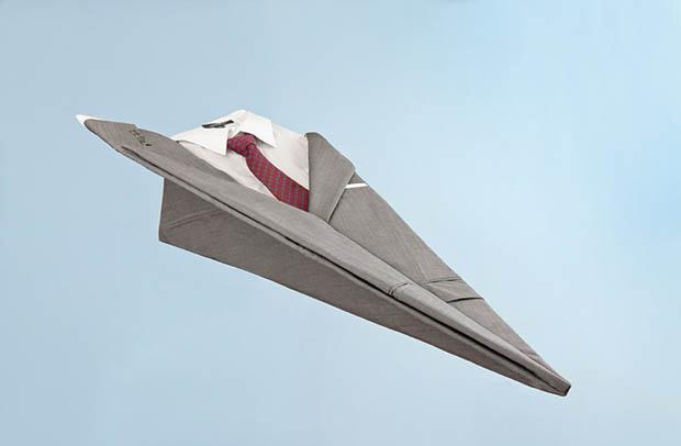 Terno no formato de avião de papel (Foto:  Kevin Van Aelst)