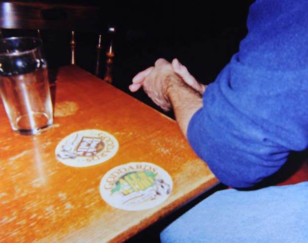 O granulado das imagens garante um ar de detetive ao conjunto (Foto: Natasha Caruana)  (Foto: O granulado das imagens garante um ar de detetive ao conjunto (Foto: Natasha Caruana) )