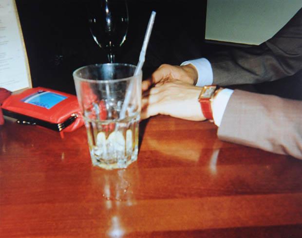 Mãos, copos e refeições estão presentes em quase toda a série (Foto: Natasha Caruana)  (Foto: Mãos, copos e refeições estão presentes em quase toda a série (Foto: Natasha Caruana) )