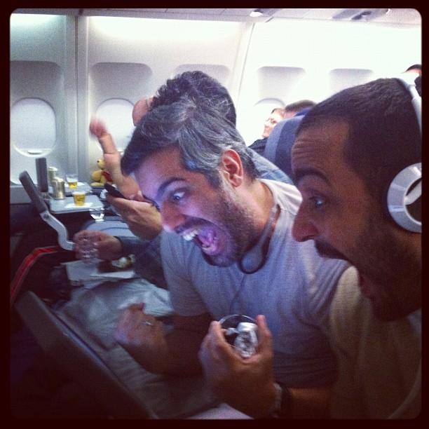 Minha alegria e a de meus companheiros ao descobrir que nosso voo tinha Wi-Fi! (Foto: Divulgação)