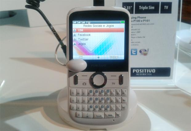 Celular Positivo P100: três chips e acesso às redes sociais (Foto: Isadora Díaz/TechTudo)