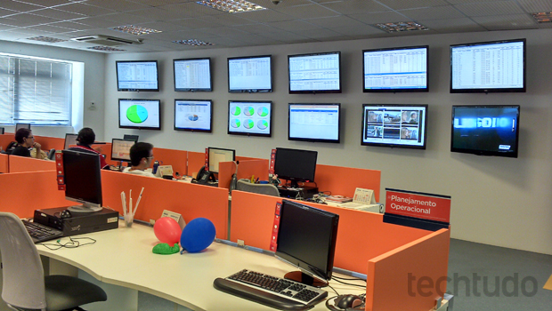 Centro de monitoramento da GVT, onde os operadores visualizam as chamadas e ocorrências em tempo real (Foto: Allan Melo / TechTudo)