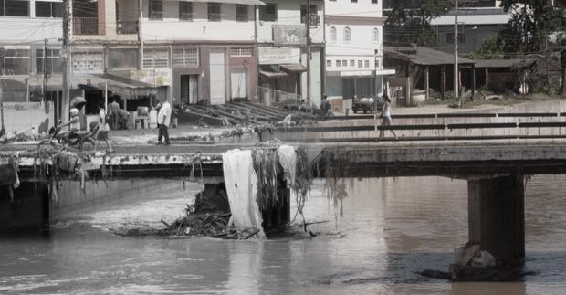 Ponte no distrito de Conselheiro Paulino antes e depois das chuvas de 2011 (Foto: Luciano Ratamero)