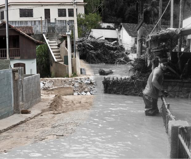 Rua alagada no bairro Córrego Dantas (Foto: Luciano Ratamero)