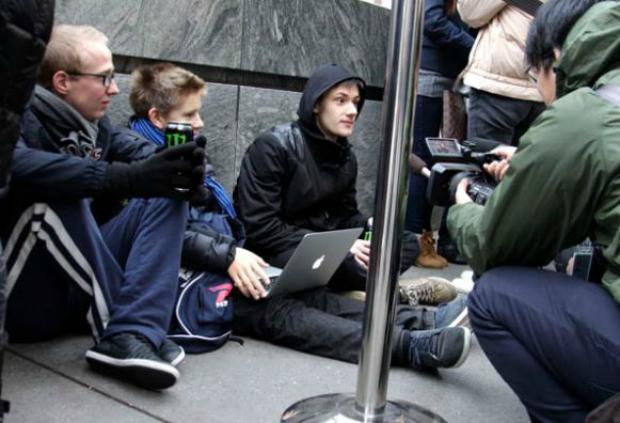 Fila para comprar o iPad Mini foi grande em NY (Foto: Reprodução)