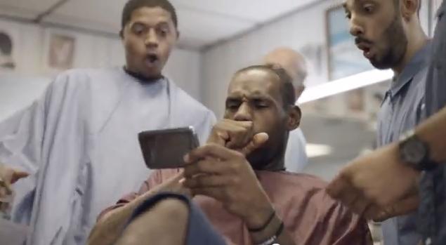 Assistindo à videos de basket na tela do novo aparelho (Foto: Reprodução/YouTube)