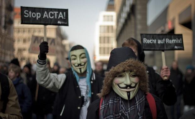 Protestantes do Anonymous usando máscara de Guy Fawkes (Foto: Reprodução)