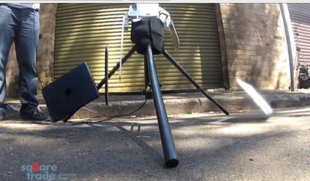 Tablets foram jogados no chão para teste de resistência (Foto: Reprodução)