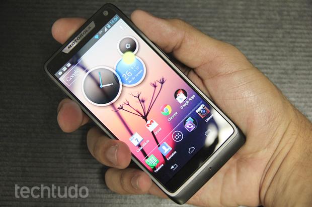 Motorola Razr i é muito confortável de se operar com uma mão (Foto: Allan Melo / TechTudo)
