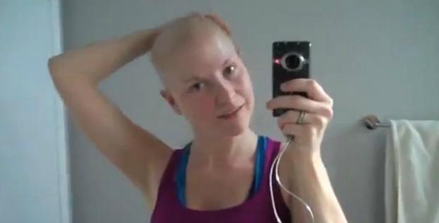 Câncer fez com que Diem raspasse a cabeça (Foto: Reprodução YouTube)