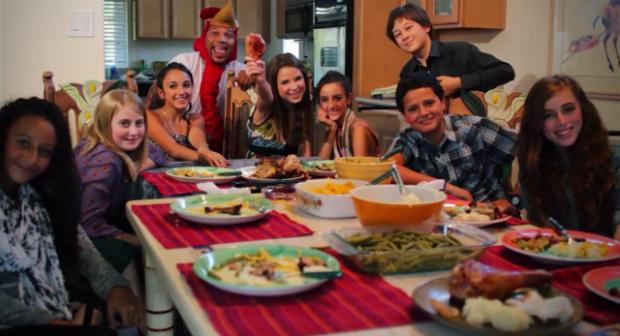 Clipe termina com todos almoçando no feriado (Foto: Reprodução YouTube)