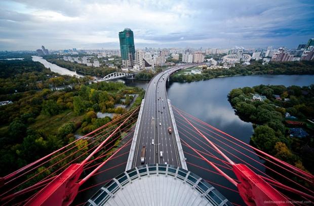 Fotografia tirada em uma ponte em Moscow, Russia (Foto: Reprodução)