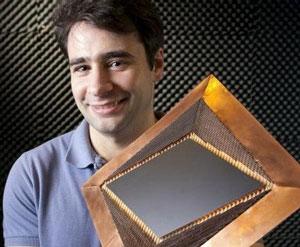 Cientista demonstra o material responsável por dar invisibilidade a objetos (Foto: Reprodução)