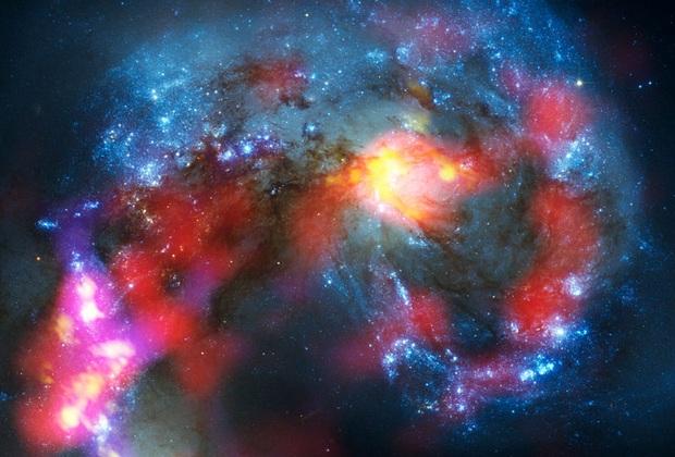Esta imagem das galáxias NGC 4038 e 4039 foi produzida pelo radiotelescópio ALMA, que fica no deserto do Atacama (Foto: Divulgação)