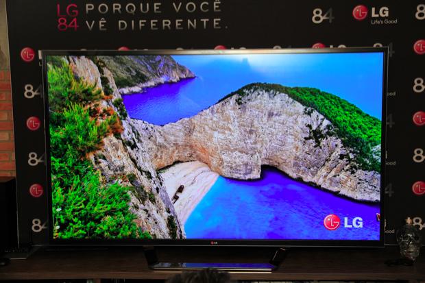 Smart TV Ultra HDTV possui som estéreo 2.2 com 50W de potência (Foto: Rodrigo Bastos)