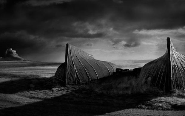 Barcos de Lindisfarne, foto desclassificada pelo uso de Photoshop (Foto: Reprodução/David Byrne)