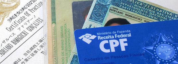 Documentos e certificados a serem digitalizados (Foto: Adriano Hamaguchi)