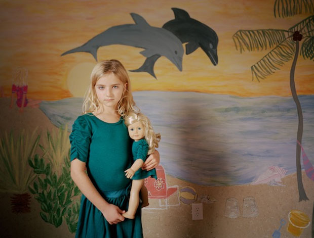 Haley e sua boneca (Foto: Reprodução/ Ilona Szwarc)