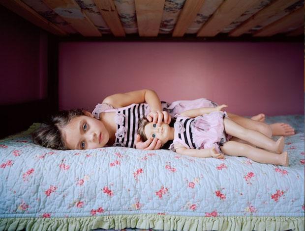 A menina Rylan e sua boneca (Foto: Reprodução/ Ilona Szwarc)