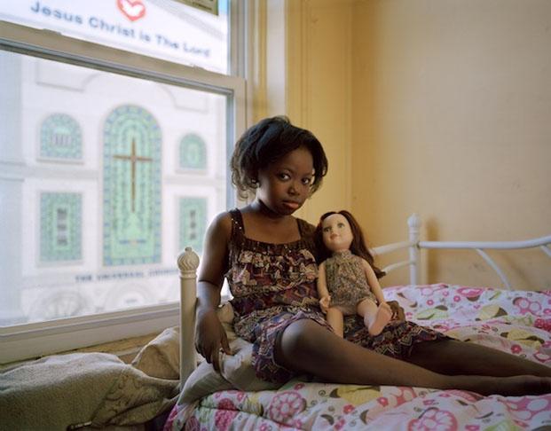 Moleen e sua boneca (Foto: Reprodução/ Ilona Szwarc)
