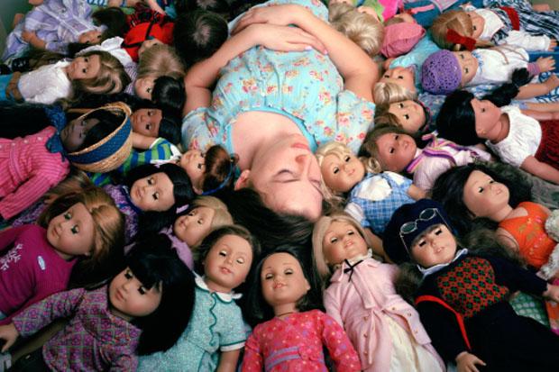 "A menina Amanda rodeada de ""American Girls"" (Foto: Reprodução/  Ilona Szwarc)"