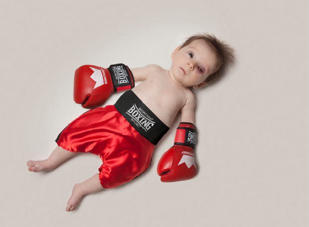 Com luvas de boxe, bebê faz pose com olho esquerdo vermelho (Foto: Reprodução/mondaymonday)