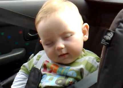 Cochilo do pequeno Leo virou hit na web (Foto: Reprodução/YouTube)