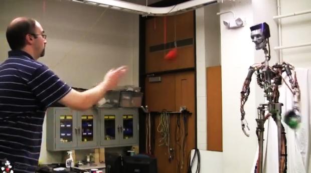 Os movimentos do robô se assemelham aos humanos (Foto: Reprodução)